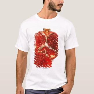 Klippte halvan en mogen pomegranate till blottan tröja