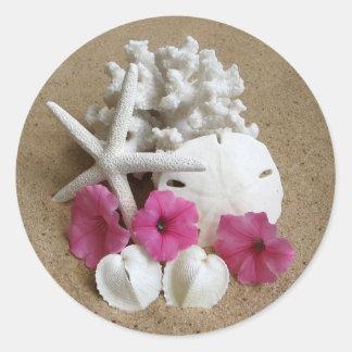 Klistermärke med blommor, snäckor och sanden