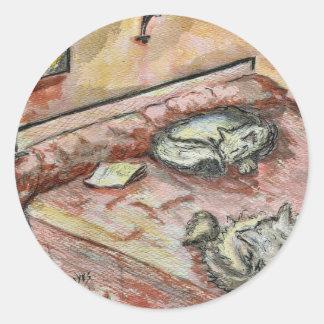 Klistermärkekatter på säng av Phyllis Hayes Runt Klistermärke