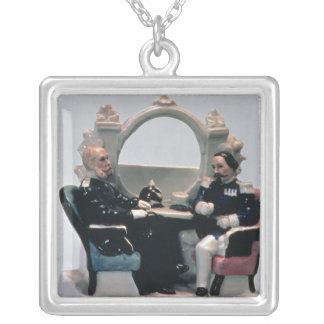 Klockastativ i stilen av en kåpa silverpläterat halsband