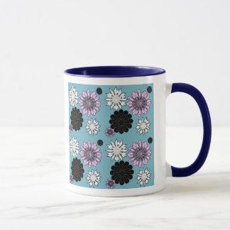 klottret blommar på blåttbakgrund mugg