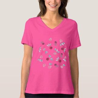 Klöver blommar kvinna den kopplade av färdiga tröjor