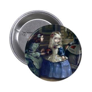 """""""Knäppas Alice och Las Meninas"""" Standard Knapp Rund 5.7 Cm"""