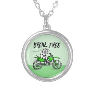 Ko som rider en grön motorisk arg cykel silverpläterat halsband