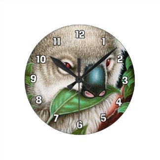 Koala Muching som en lövvägg tar tid på Rund Klocka