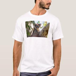 Koalabjörn i en trädT-tröja Tee Shirts