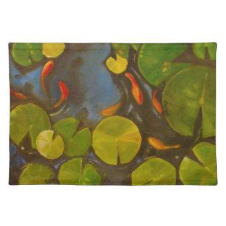 Koi damm med dynor och lite fisken för lilja bordstablett