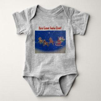 """""""Kommer här den jultomten"""" babyen förkroppsligar T-shirt"""