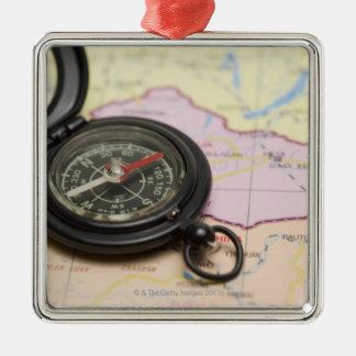 Kompass på en karta 2 julgransprydnad metall