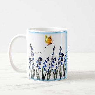Konst för blåklockafjärilsblommigt kaffemugg
