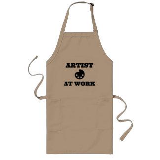 Konstnär på arbetskonstnärförklädet långt förkläde