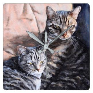Konstväggen för två tabby katt tar tid på fyrkantig klocka
