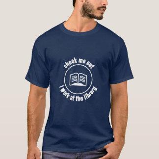 Kontrollera mig, ut som jag fungerar på bibliotek t-shirt