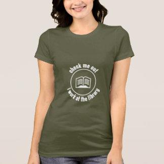 Kontrollera mig, ut som jag fungerar på bibliotek t shirt