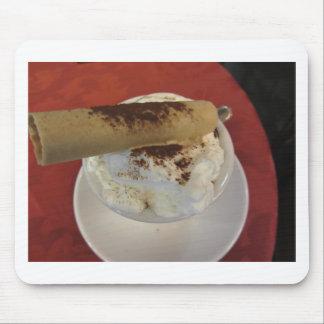 Kopp av varm choklad med piskad kräm- toppning musmatta