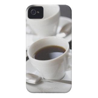 Koppar av kaffe med sauceren iPhone 4 Case-Mate fodraler