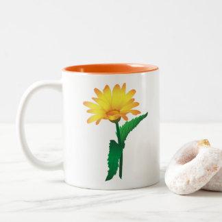 Koppen med avbildar av gul camomile. Två-Tonad mugg
