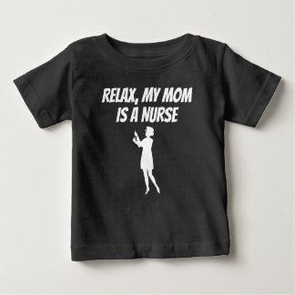 Koppla av min mamma är en sjuksköterska t-shirt