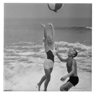 Koppla ihop att leka med en Beachball Kakelplatta