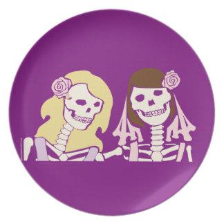 Kopplar ihop det kvinnliga skelett för blondinen tallrik