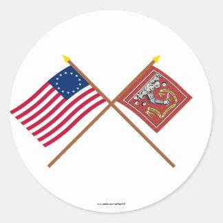 Korsad Betsy Ross och Bedford flaggor Runt Klistermärke
