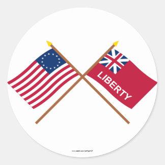 Korsad Betsy Ross och frihetflaggor Runt Klistermärke
