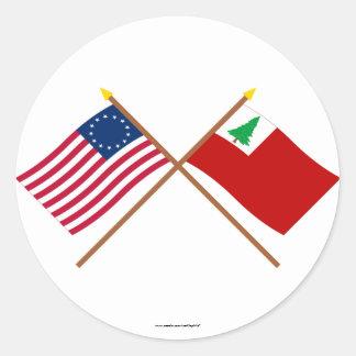 Korsad Betsy Ross och New England flaggor Runt Klistermärke