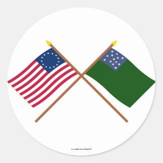 Korsade Betsy Ross och grön bergpojkeflaggor Runt Klistermärke