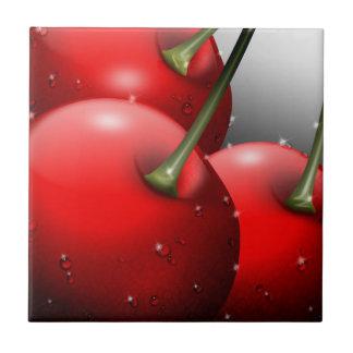 Körsbär som är nära med dagg, belägger med tegel u kakelplatta