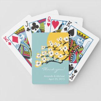 Körsbärsröd blommarbröllopfavör som leker kort spelkort
