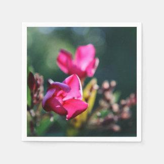 Körsbärsröd uppsättning för blommarblommaservett pappersservetter