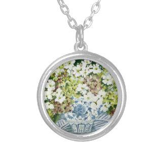 Kosmos och vanlig hortensia i en kinesisk vas 2013 silverpläterat halsband