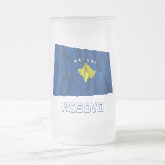 Kosovo som vinkar flagga med namn frostat ölglas