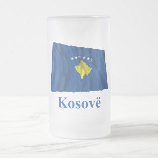 Kosovo som vinkar flagga med namn i alban frostat ölglas