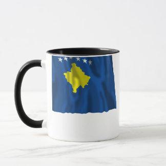 Kosovo som vinkar flagga mugg