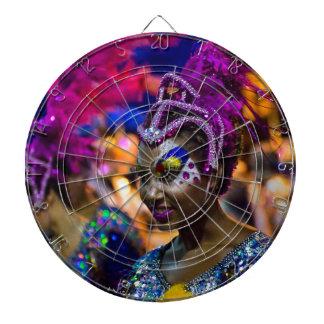 Kostymerad attraktiv dansarekvinna på karnevalet darttavla