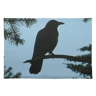 Kråka i bordstablett för grästrädSilhouette