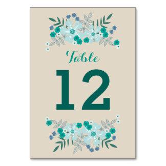 Kricka och blåa blommor på solbrännan som gifta bordsnummer