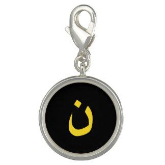 Kristet Nazarenesymbol i gult på svart Charms