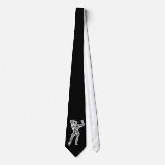 Krommankroppsbyggaren poserar slipsen slips