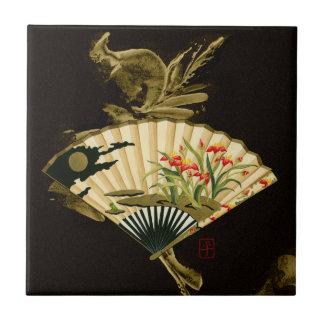 Krusad orientalisk fläkt med blom- design liten kakelplatta