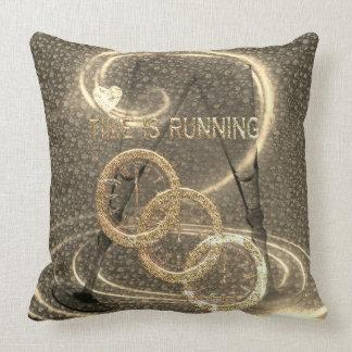 Kuddar Time är spring-Designade i elegant guld