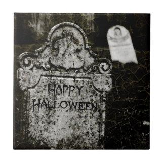 Kuslig kyrkogård för happy halloween liten kakelplatta