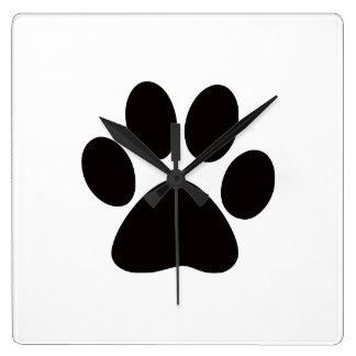 Kvadrera hundtassen tar tid på fyrkantig klocka