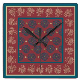 Kvadrera väggen tar tid på, rödbrunt, blåttblommig fyrkantig klocka
