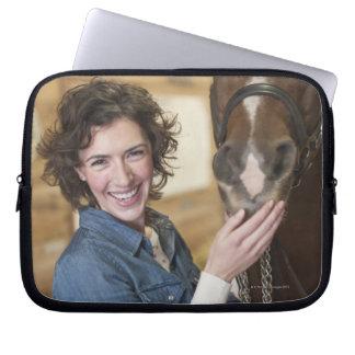 Kvinna och häst laptop sleeve