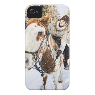 Kvinna på häst utomhus under vinter iPhone 4 fodraler
