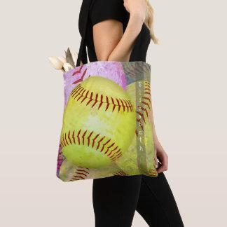kvinna softballtotot hänger lös med tygkasse