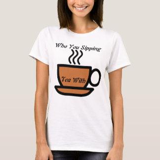 Kvinna som dig som läppjar tea med T-tröja Tröjor