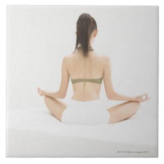 Kvinna som gör yoga kakelplatta